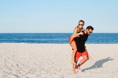 Los pares alegres jovenes felices juntos durante vacaciones de verano vacation en la playa tropical Imagenes de archivo