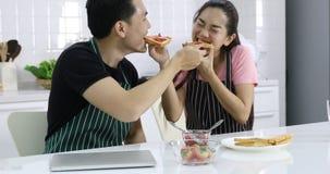 Los pares asiáticos alimentan el pan para uno a metrajes