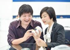Los pares (asiáticos) tailandeses del negocio están mostrando la expresión alegre en thei Imagen de archivo