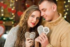 Los pares atractivos celebran día del ` s de la tarjeta del día de San Valentín Foto de archivo