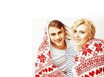 Los pares bastante adolescentes de los jóvenes en la Navidad miden el tiempo de calentarse en diciembre rojo Fotos de archivo