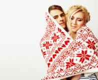 Los pares bastante adolescentes de los jóvenes en la Navidad miden el tiempo de calentarse en diciembre rojo Fotografía de archivo libre de regalías