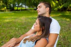 Los pares caen dormido mientras que comida campestre en parque fotos de archivo libres de regalías