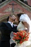 Los pares cariñosos acercan a la iglesia fotografía de archivo libre de regalías