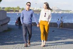 Los pares cariñosos caminan en el terraplén de un ` de Neva del ` del río imagen de archivo libre de regalías