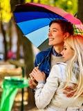 Los pares cariñosos el fecha bajo otoño del paraguas parquean fotografía de archivo libre de regalías