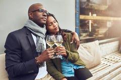 Los pares cariñosos románticos gozan de cada otros compañía imagen de archivo