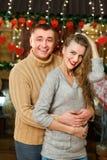 Los pares celebran día del ` s de la tarjeta del día de San Valentín Foto de archivo