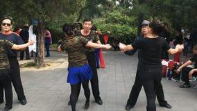 Los pares chinos mayores realizan el baile al aire libre en Pekín, China almacen de metraje de vídeo