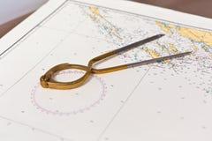 Los pares de compases para la navegación en un mar trazan Foto de archivo