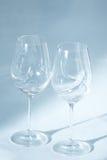 Los pares de copas de vino se cierran encima de la opinión del enfoque Imagenes de archivo