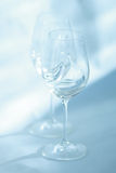 Los pares de copas de vino se cierran encima de la opinión del enfoque Imagen de archivo libre de regalías