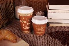 Los pares de Dayde la tarjeta del día de San Valentín de tazas de café Foto de archivo
