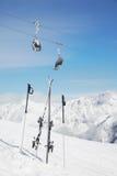 Los pares de esquí y los polos se pegan fuera de nieve Fotografía de archivo libre de regalías