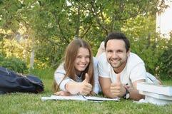 Los pares de estudiantes jovenes se divierten en el parque Fotos de archivo
