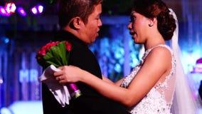 Los pares de la boda bailan en la tradición de la boda en el pasillo de la recepción almacen de video