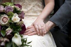 Los pares de la boda detallan el tiro de la mano y del anillo Imágenes de archivo libres de regalías