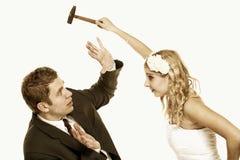 Los pares de la boda en lucha, están en conflicto las malas relaciones Imagen de archivo libre de regalías