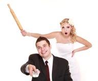 Los pares de la boda en lucha, están en conflicto las malas relaciones Imagenes de archivo