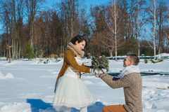 Los pares de la boda en un llamativo marchitan el día, caminando, geometría vestido de boda rústico del cortocircuito del estilo  Fotografía de archivo libre de regalías