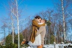 Los pares de la boda en un llamativo marchitan el día, tenencia, divirtiéndose dansing vestido de boda rústico del cortocircuito  Imagen de archivo libre de regalías
