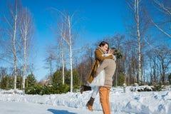 Los pares de la boda en un llamativo marchitan el día, tenencia, divirtiéndose dansing vestido de boda rústico del cortocircuito  Imágenes de archivo libres de regalías