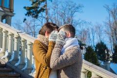 Los pares de la boda en un llamativo marchitan el día, tenencia vestido de boda rústico del cortocircuito del estilo Morenita de  Fotos de archivo libres de regalías