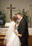 Los pares de la boda primero se besan Foto de archivo