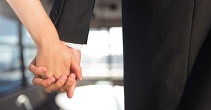 Los pares de la boda que llevan a cabo las manos acercan a ventanas Imagen de archivo libre de regalías