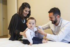 Los pares de la mamá y del papá que tienen su bebé consiguen vestidos imágenes de archivo libres de regalías