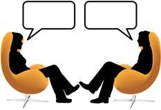 Los pares de la mujer del hombre sientan charla en sillas del huevo Fotografía de archivo