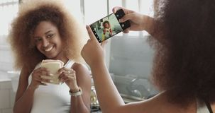 Los pares de la mujer se divierten haciendo las fotos para los medios sociales y se divierten que presenta con el bocadillo almacen de metraje de vídeo