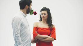 Los pares de la tarjeta del día de San Valentín en amor La belleza es una muchacha del modelo de moda con un individuo modelo her almacen de metraje de vídeo