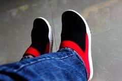 Los pares de zapatos utilizan para los hombres y las mujeres imagenes de archivo