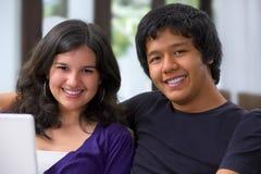 Los pares del adolescente se relajan en el país Imagenes de archivo