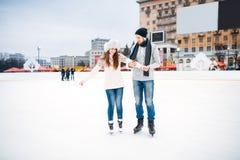 Los pares del amor aprenden patinar en la pista Imágenes de archivo libres de regalías
