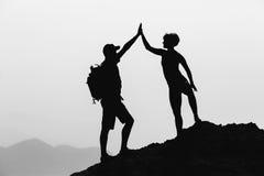 Los pares del trabajo en equipo celebran alcanzar éxito de la meta de la vida Fotos de archivo