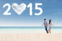 Los pares disfrutan de un día de fiesta del Año Nuevo en la playa Fotografía de archivo libre de regalías