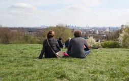 Los pares disfrutan del horizonte de Londres de la colina del parlamento Imagen de archivo