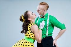 Los pares divertidos preciosos del bailarín del retrato se vistieron en perno del rock-and-roll de la bugui-bugui encima del esti Imagen de archivo