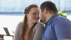 Los pares dulces en sentarse nuzzling del amor en banco de la ciudad, weekend juntos, proximidad almacen de metraje de vídeo