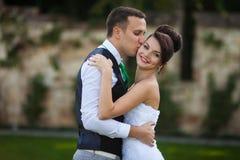Los pares elegantes hermosos jovenes felices en el fondo ponen verde el lepisosteus Fotografía de archivo libre de regalías