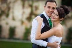 Los pares elegantes hermosos jovenes felices en el fondo ponen verde el lepisosteus Fotografía de archivo