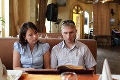 Los pares eligen el plato Fotografía de archivo