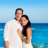 Los pares en amor abrazan en vacaciones azules del mar Foto de archivo