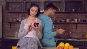 Los pares en amor desayunan con el dispositivo moderno metrajes