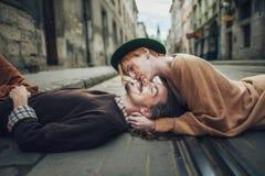 Los pares en amor están caminando alrededor de la ciudad foto de archivo