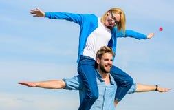 Los pares en amor gozan el sentir de día soleado al aire libre de la libertad Fecha feliz de los pares que se divierte junto El h Fotos de archivo