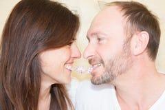 Los pares en amor se divierten en un día de los Años Nuevos o de tarjetas del día de San Valentín del st Fotos de archivo libres de regalías