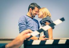 Los pares en amor tienen gusto en una película Fotos de archivo